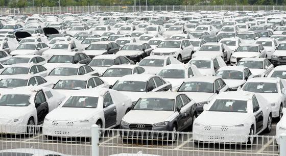 평택항 자동차부두 야적장에 입고된 수입차들이 빼곡히 들어서 있다. 연합뉴스