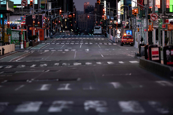 미국 뉴욕 맨해튼 타임스퀘어 근처가 23일(현지시간) 텅 비었다. 뉴욕주를 비롯해 미국 전역에 자택대기명령이 내려지면서 미국 경제가 사실상 멈춰젔다. 미국인 2600만 명이 실직 상태다.[AFP=연합뉴스]