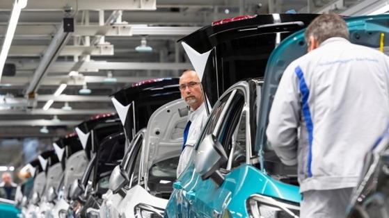 지난 2월 25일 촬영된 독일 폭스바겐 공장 생산라인. 이때까지만 해도 공장이 정상 가동됐다. 로이터=연합뉴스
