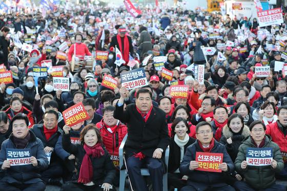 지난 1월 당시 자유한국당 황교안 대표와 심재철 원내대표를 비롯한 의원들이 서울 광화문 세종문화회관 앞에서 열린 희망 대한민국 만들기 국민대회에서 구호를 외치고 있다. [뉴스1]
