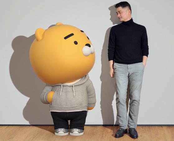 김범수 카카오 의장과 카카오프랜즈 대표 캐릭터 라이언. [사진 카카오 브랜드 커뮤니케이션 채널 카카오 나우]