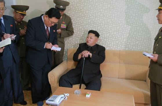 김정은 국무위원장이 2014년 10월 무릎 수술때문에 40일간 잠적했다 지팡이를 들고 등장해 평양 위성과학자 주택지구를 현지지도하고 있다. [사진 조선중앙TV]