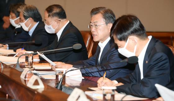 문재인 대통령이 22일 오전 청와대에서 열린 제5차 비상경제회의에서 발언 하고 있다. 청와대사진기자단