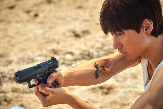 영화 '사냥의 시간'에서 주연을 맡은 이제훈. 영화엔 총격 장면이 많이 나온다. 15세 관람가. [사진 넷플릭스]