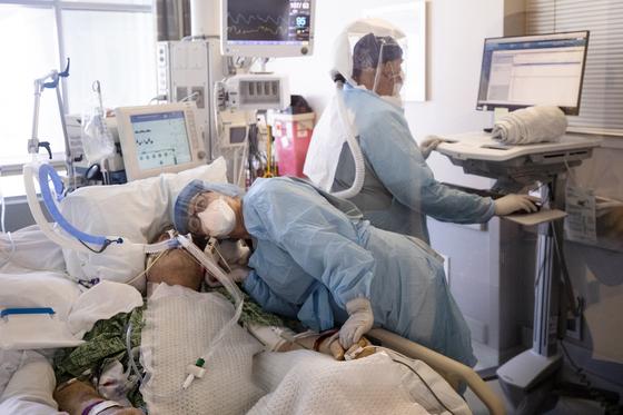 미국 중환자실에서 의료진이 코로나19 환자를 살피고 있다 [EPA=연합뉴스]
