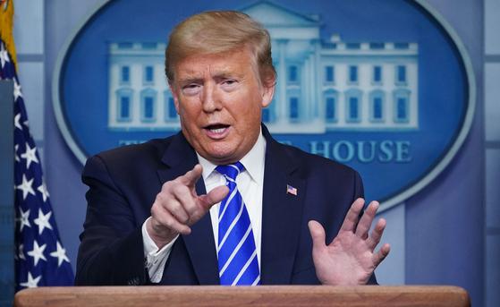 """도널드 트럼프 미국 대통령이 23일 브리핑에서 사망률이 두 배 이상이란 연구 결과에도 불구 """"안 좋은 결과도 하나 있겠지만 항말리아제 하이드록시클로로퀸의 코로나19 치료제 홍보를 중단한 적이 없다""""고 말했다.[AFP=연합뉴스]"""