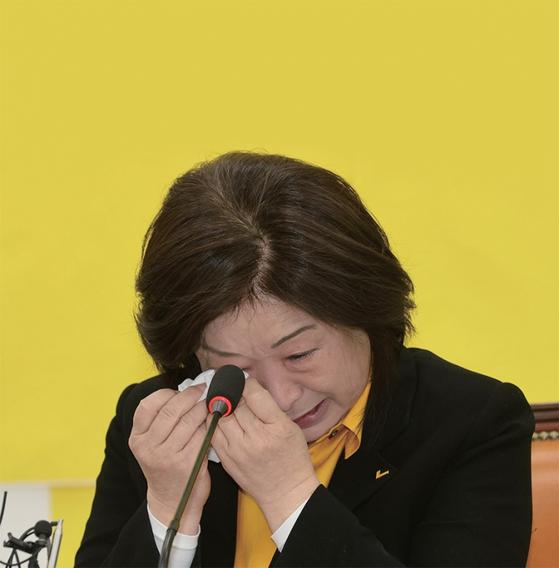 """심상정 정의당 상임선대위원장은 4월 16일 선대위 해단식에서 '더 많이 당선 못 시켜 미안하다""""며 눈물을 쏟았다."""