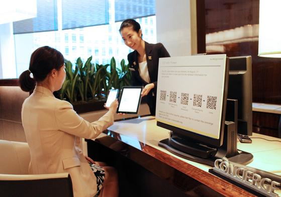 호텔 서비스의 꽃으로 불리는 컨시어지. 투숙객의 취향에 맞는 정보를 제공하고 불편을 막아주는 해결사다. [사진 신세계조선호텔]