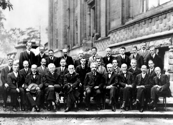과학계의 '어벤져스'가 모인 1927년 솔베이 회의. 참석자 29명 중 17명이 노벨상을 탔다. 앞줄 왼쪽 두번째부터 막스 플랑크와 마리 퀴리, 헨드릭 로렌츠, 알버트 아인슈타인. 둘째줄 맨 오른쪽은 닐스 보어, 셋째줄 오른쪽에서 세번째가 베르너 하이젠베르크다. [위키피디아]