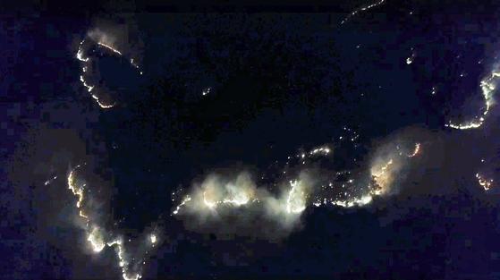 지난 14일 오후 5시28분쯤 강원도 철원군 서면 자등리에서 산불이 나 밤사이 산림을 태우고 있다. 연합뉴스