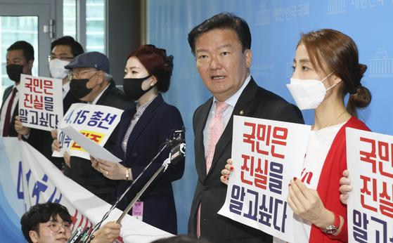 민경욱 미래통합당 의원(오른쪽 둘째)과 인천범시민단체연합 회원들이 22일 오전 국회 소통관에서 4·15총선의 부정선거가 의심된다며 기자회견을 열고 있다. 임현동 기자