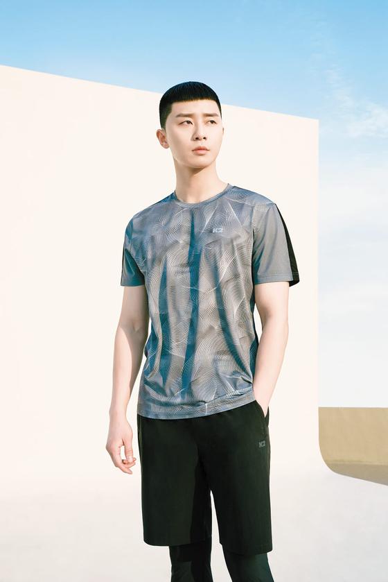 K2는 냉감 소재와 냉감 공법을 이중으로 적용한 듀얼쿨링 시스템으로 진화한 오싹 티셔츠를 선보였다. 오싹 라이트 티셔츠 [사진 K2].