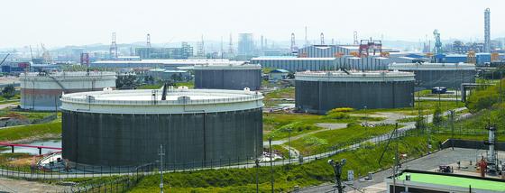 23일 울산시 남구 SK에너지 원유 저장 탱크의 부유식 지붕(플로팅 루프)이 상단까지 올라와 있다. 플로팅 루프는 저장된 원유의 높이에 맞춰 오르내려 저장량을 짐작할 수 있다. [연합뉴스]