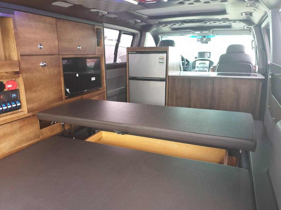 12인승 승합차를 캠핑카로 개조한 차량. 침상과 탁자, 냉장고, TV 등이 있다. [강갑생 기자]