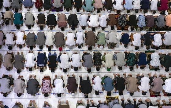 이슬람 금식월인 라마단이 시작된 23일 인도네시아 아체주 록세우마웨의 중앙 모스크에서 무슬림(이슬람 신자)들이 빽빽하게 모여 라마단 시작 예배를 드리고 있다. AP=연합뉴스