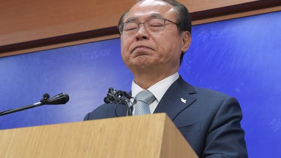 오거돈 부산시장 23일 부산시청 브리핑룸에서 사퇴 기자회견.송봉근 기자 (2020.4.23.송봉근)
