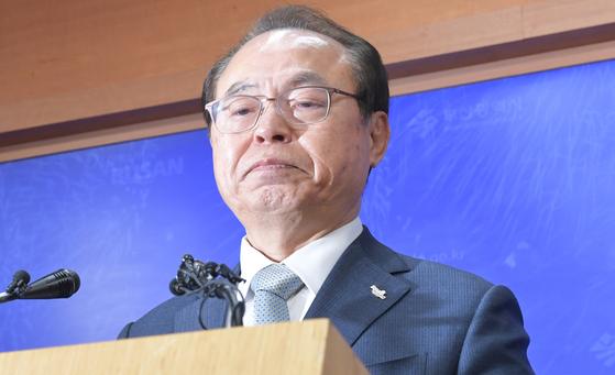 오거돈 전 부산시장이 23일 오전 부산시청에서 기자회견을 열어 시장직 사퇴 의사를 밝힌 뒤 울먹이고 있다. 송봉근 기자