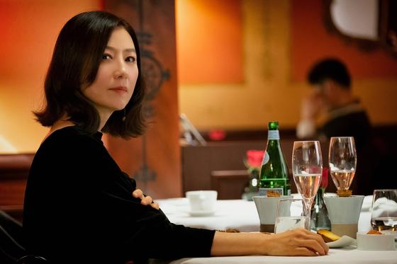 드라마 '부부의 세계'의 지선우(김희애). 이혼 후 한층 스타일리시해졌다. [사진 JTBC]
