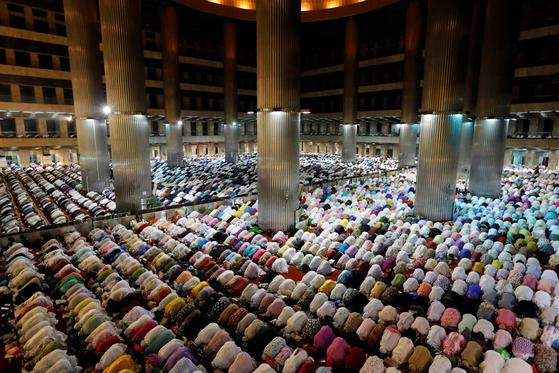 지난해 라마단 기간 인도네시아 무슬림들이 모스크에 보여 집단 예배를 하고 있다. [로이터=연합뉴스]