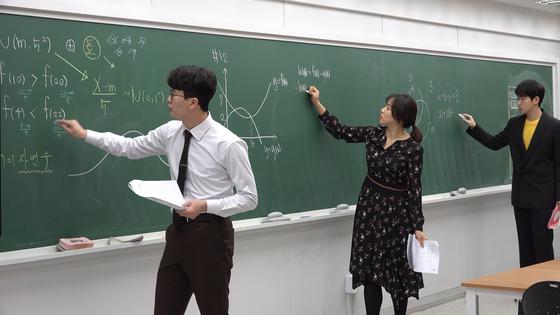 '에꼴사브로' 수강생들이 판서 연습을 하고 있다.