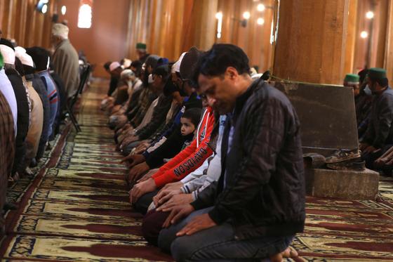 인도 카슈미르 지역에 있는 한 모스크에서 예배를 드리고 있는 무슬림의 모습. [EPA=연합뉴스]
