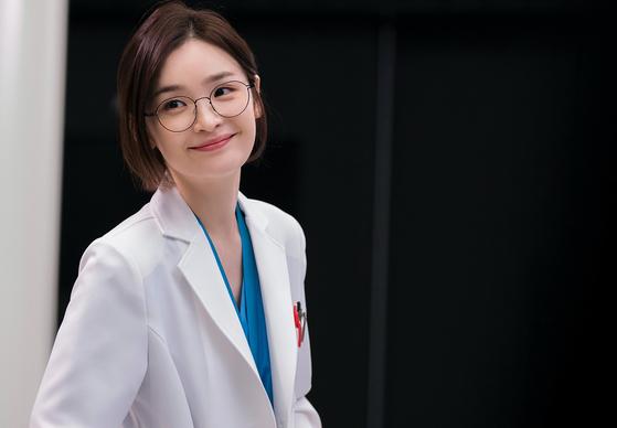 드라마 '슬기로운 의사생활'에서 신경외과 부교수 채송화 역할을 맡은 전미도. [사진 tvN]