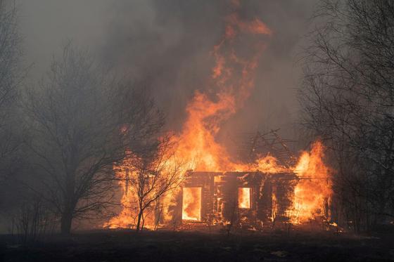 18일 체르노빌 발전소 인근 지역에서 한 목조주택이 불에 타고 있다. 로이터=연합뉴스