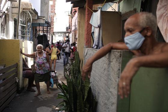 브라질 대도시의 빈민가에서 신종 코로나바이러스 감염증(코로나19)이 빠르게 확산하고 있다. 사진은 지난 21일(현지시간) 브라질 리우데자네이루의 한 빈민가 골목 풍경. [AP=연합뉴스]