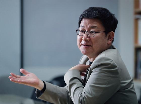 홍춘욱 EAR 대표는 코로나19 사태가 진정될 때까지 각국 정부가 재정·통화정책을 총동원해 경제 시스템을 지켜내야 한다고 주장한다.