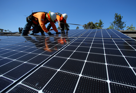 미국 샌디에이고의 한 주택에 태양광 발전 설비가 설치되는 모습 [로이터=연합뉴스]