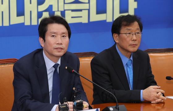 더불어민주당 이인영 원내대표가 26일 오후 서울 여의도 국회에서 기자들과 만나 긴급재난지원금 관련 질문에 답하고 있다. 연합뉴스