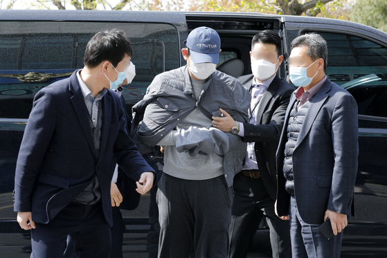 1조6000억원대 '라임 환매중단 사태'의 배후 전주로 지목된 김봉현 전 스타모빌리티 회장이 24일 오전 경기 수원 남부지방경찰청에 조사를 받기 위해 들어서고 있다. 뉴스1