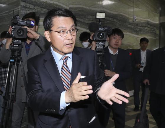 국회 외교통일위원장인 윤상현 무소속 의원이 22일 국회에서 열린 외교통일위원회 간담회 전 기자들 질문에 답하고 있다. 임현동 기자