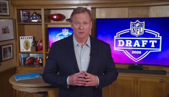 자택 지하실에서 신인드래프트를 진행 중인 NFL 커미셔너 로저 구델. [AP=연합뉴스]