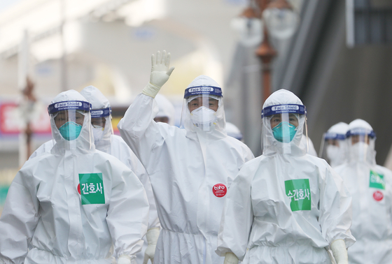 대구동산병원 의료진이 신종 코로나바이러스 감염증(코로나19) 확진자 치료를 위한 음압병실 근무에 투입되고 있다. [연합뉴스]