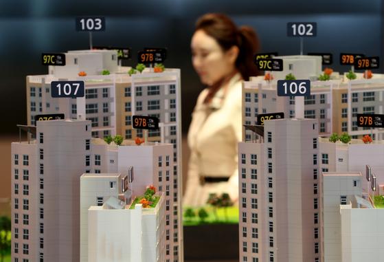 분양 상담사 박씨가 9일 경기도 화성시에 있는 빈 견본주택을 지키고 있다. 최정동 기자