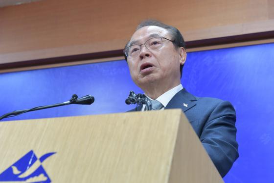 23일 사퇴기자회견을 하는 오거돈 시장. 송봉근 기자