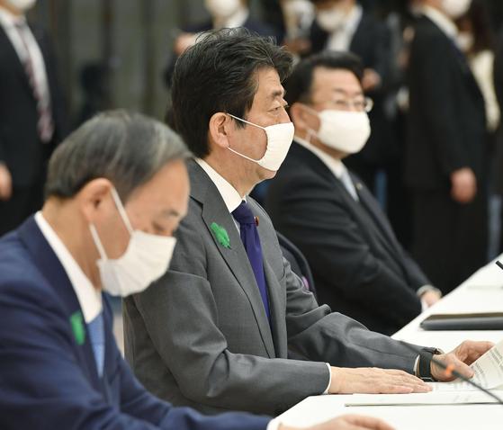 아베 신조 일본 총리가 지난 20일 오전 일본 총리관저에서 열린 정부 여당 간담회에서 마스크를 쓰고 발언하고 있다. 일본 정부는 신종 코로나바이러스 감염증(코로나19)으로 인한 마스크 부족을 해소하겠다며 천 마스크를 배포하고 있다. 연합뉴스