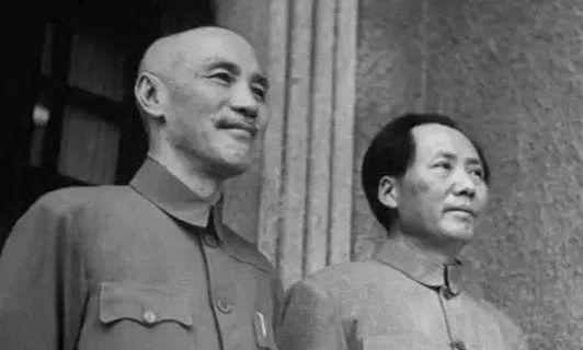 1945년 8월 말 전시수도 충칭(重慶)에서 열린 국공담판에서 만난 장제스(왼쪽)와 마오쩌둥(오른쪽). [사진 위키피디아]