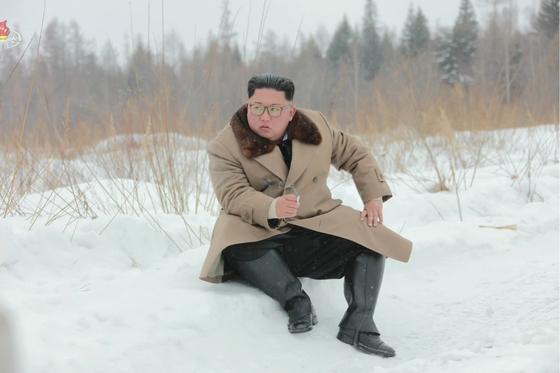 지난해 12월 김정은 북한 국무위원장이 군 간부들과 함께 군마를 타고 백두산에 올랐다고 조선중앙TV가 보도했다. 사진은 중앙TV가 공개한 것으로, 눈밭에 주저앉아 있는 김 위원장의 오른 손에 담배가 들려 있다. 연합뉴스