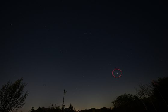 올해 가장 빛나는 금성이 26일과 27일에 볼 수 있다. 사진은 지난 23일 고구려천문과학관이 촬영한 것으로 붉은 원 안에 행성이 금성이다. [사진 충주고구려천문과학관]
