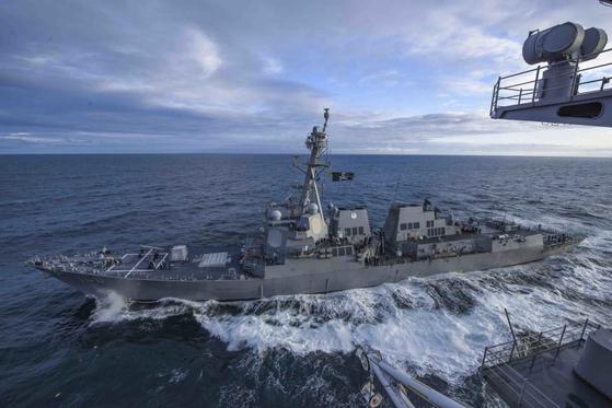 2019년 5월 16일 미국 알래스카주 인근 태평양 해상에서 벌어진 '노던 엣지' 훈련에서 미국 해군의 이지스 구축함인 키드함이 핵추진 항공모함인 시어도어 루스벨트함을 호위하면서 항해하고 있다. [사진 미 해군]