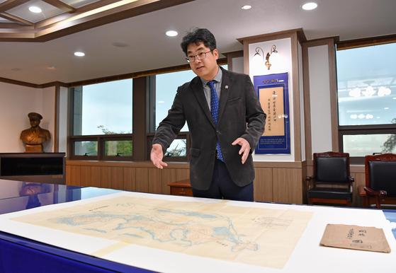 박준형 해군사관학교 박물관 관장이 일본에서 입수한 녹둔도 실측 근대지도에 대해 설명하고 있다. [사진 해군]