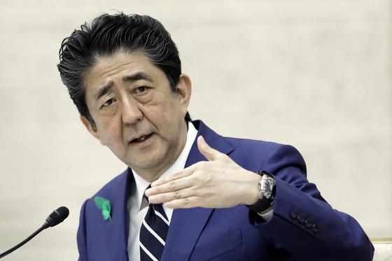 지난 17일 오후 총리관저에서 열린 기자회견에서 아베 신조 일본 총리가 긴급사태선언 발령을 전국으로 확대한 이유 등을 설명하고 있다. [AP=연합뉴스]