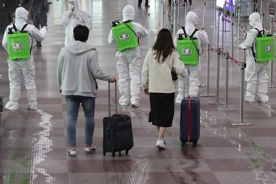 지난 3월 6일 육군 현장지원팀이 신종 코로나바이러스 감염증(코로나19) 확산을 막기 위해 대구의 관문인 대구국제공항 청사 내부를 방역하고 있다. 뉴스1