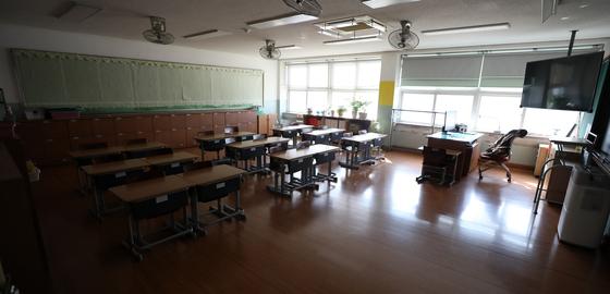 정부가 3차 개학 연기 여부를 공식 발표한다고 밝힌 17일 오전 한 초등학교 교실이 텅 비어 있다. 연합뉴스