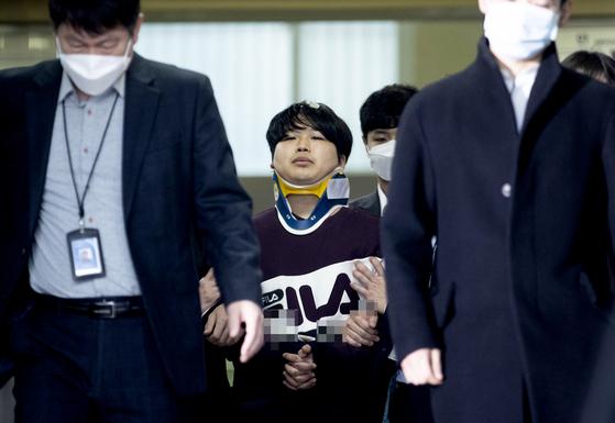 '박사방' 운영자 조주빈(25)이 지난 3월 서울 종로구 종로경찰서에서 서울중앙지방검찰청으로 이송되고 있다. [중앙포토]