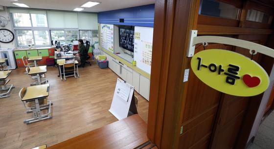 '온라인 개학'을 한 20일 서울 용산구 용산초등학교 1학년 교실에서 교사가 원격으로 입학식을 진행하고 있다. 뉴스1