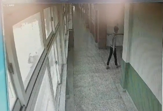 지난해 3월 25일 오전 11시300분쯤 경북 포항의 한 중학교에서 B군(15)이 투신을 하기 전에 고민하며 왔다갔다 하는 모습이 폐쇄회로TV(CCTV)에 찍혔다. [사진 B군 아버지]