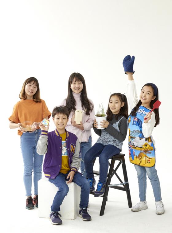 (뒷줄 왼쪽부터 시계방향으로) 김율아·김리나·조혜원·김승찬·홍섬·윤현지·김태균 소중 학생기자단이 스튜디오에서 각자의 취미거리를 상징하는 물건을 들어 보였다.